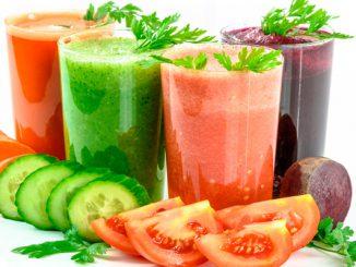 Foto com copos de suco de pepino e outros legumes